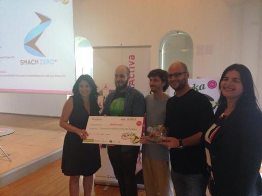 La regidora Esperanza Crespí entrega el cheque de 6.000 € a Antonio de la Torre, Miquel Gelabert e Ignacio Armenteros, ganadores del primer premio Eureka con su proyecto Smach Zero.