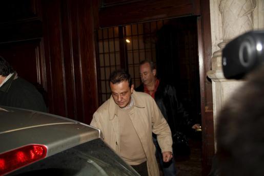 El fiscal Pedro Horrach y el juez José Castro abandonan el palacete de Jaume Matas después de su registro durante la Nochebuena de 2009.