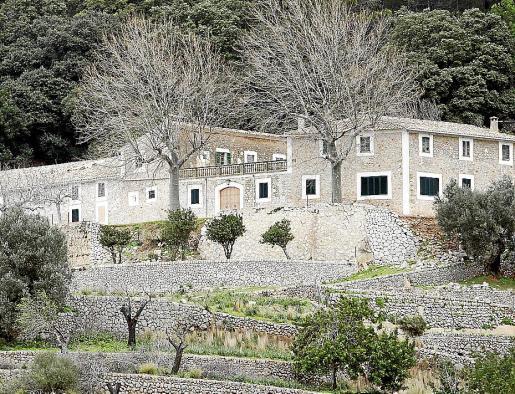 Imagen de las casas de la finca pública de Planícia.