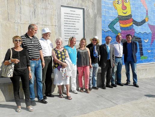 Gustavo junto a los patrocinadores que han hecho posible que el mural fuera realidad.