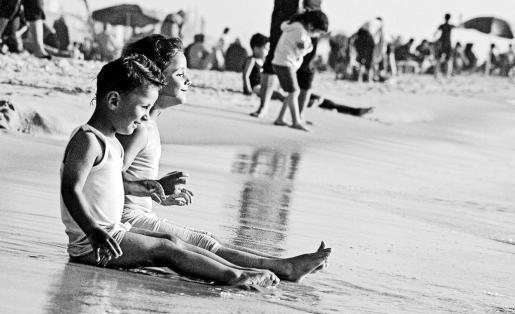Dos niños sonríen de cara al mar, pese a la situación que se vive en Gaza. Foto: del libro de David Segarra, Viure, morir i nàixer a Gaza.