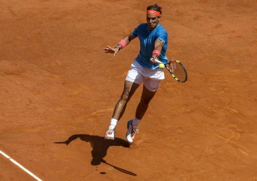El español Rafael Nadal devuelve una bola durante el partido.