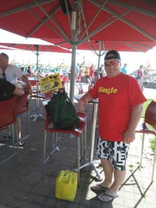 Un turista, junto al cartel de 'No sunglasses' y 'No massage'.