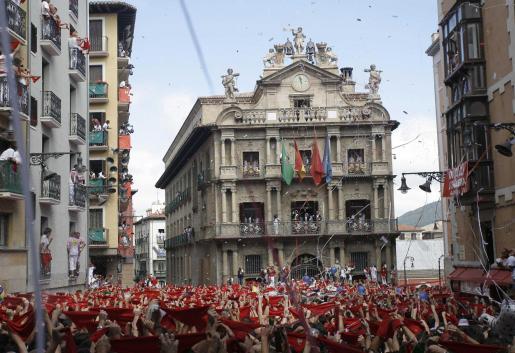 La plaza del Ayuntamiento se ha llenado de miles de personas deseosas de oir el Chupinazo.