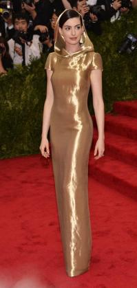 """Anne Hathaway llega el lunes 4 de mayo de 2015 a la gala benéfica del Metropolitan Museum de Nueva York (EE.UU.). El """"look"""" de la editora de Vogue Estados Unidos, Anna Wintour, para la selecta gala, en la que el año pasado se recaudaron 12 millones de dólares, resumió el espíritu de la exposición que este año da línea argumental a la noche bajo el título de """"China: a través del espejo""""."""