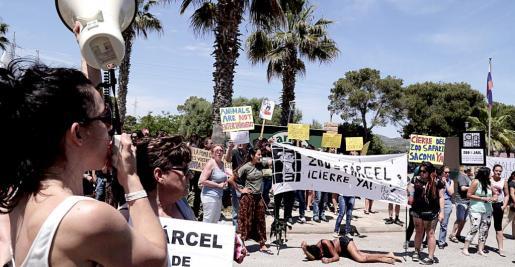 Manifestación frente a la puerta del Zoo de sa Coma, el pasado domingo.