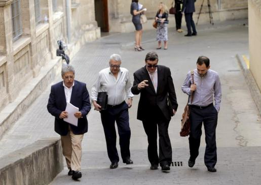 Los letrados Eduardo Valdivia, Gabriel Garcías, Miquel Arbona y Javier Fernández abandonando los juzgados.