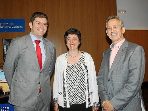 El hospital acogió este jueves el acto de celebración del décimo aniversario de la colaboración entre el centro y Aprop. En la imagen, el conseller de Salut, Martí Sansaloni; la gerente Catalina Vadell y Perfecto Acosta.