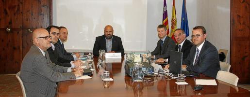 El Comité de Rutas de Son Sant Joan, presidido por el conseller Jaime Martínez, se reunió en la Conselleria con los responsables de AENA, entre ellos Fernando Echegaray y el director del aeropuerto de Palma, José Antonio Álvarez, y Diego Llorca.