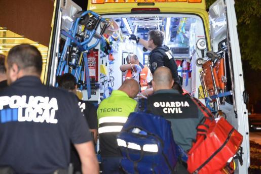 Los servicios de emergencias atienden al turista herido antes de trasladarlo a Son Espases.