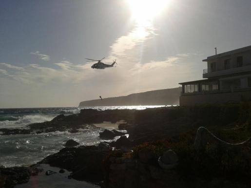 Imagen del rescate de los supervivientes con el helicóptero de Salvamento Marítimo.