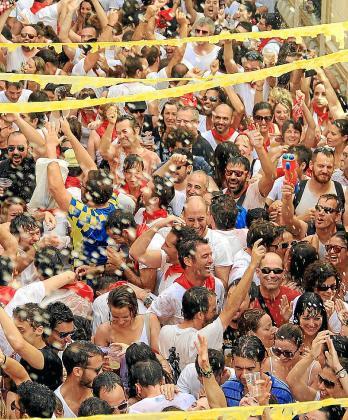 Más de 2.500 personas participaron en el último chupinazo del bar España.