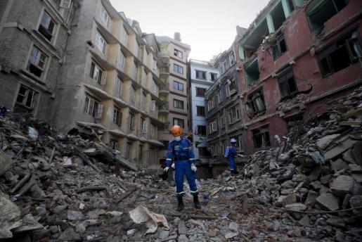 Miembros del equipo de rescate chino durante las labores de desinfección entre los escombros de Balaju, en Katmandú.