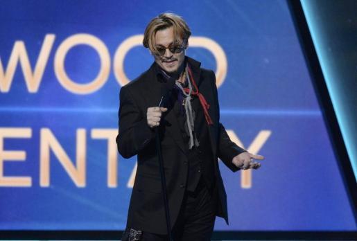El actor Johnny Depp entrega un premio en Hollywood en estado de embriaguez.