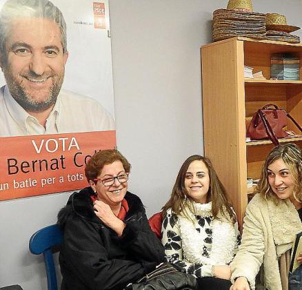 Pepi González (dcha), ante un cartel electoral de Bernat Coll.