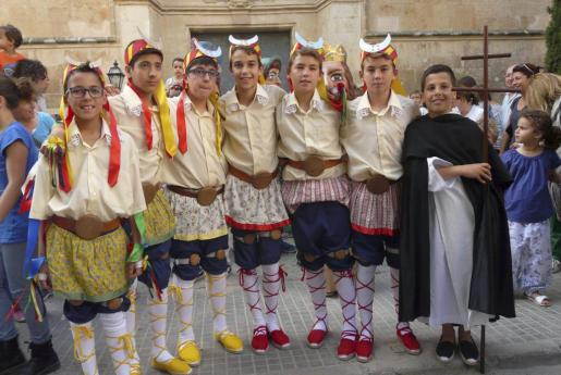 Foto de grupo de los niños participantes en estas danzas.