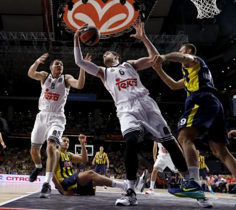 GRA451. MADRID, 15/05/2015.- El ala pivot argentino del Real Madrid Andrés Nocioni (c) atrapa un rebote ante el pívot del Fenerbahce Ülker Semih Erden (d)en la segunda semifinal de la Final a cuatro de la Euroliga que se disputa esta noche en el Barclaycard Center de Madrid. EFE/Juan Carlos Hidalgo REAL MADRID FENERBAHCE ÜLKER