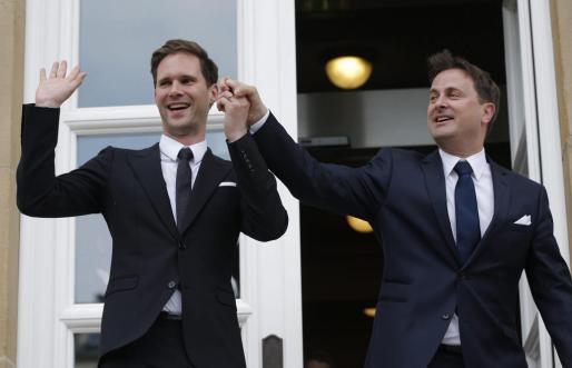 El primer ministro de Luxemburgo, el liberal Xavier Bettel (dcha), y su marido Gauthier Destenay.