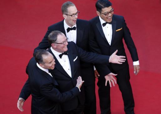 """De izquierda a derecha, el productor Jonas Riviera, el director ejecutivo de Disney Pixar CEO John Lasseter, el director estadounidense Pete Docter y el codirector filipino Ronnie Del Carmen posan para los medios a su llegada al estreno de la película de animación """"Inside Out"""", presentada este lunes fuera de competición, durante el Festival de Cannes."""