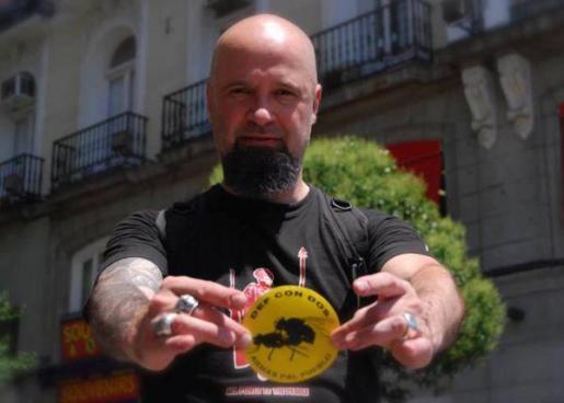César Strawberry, cantante de 'Def Con Dos', ha sido arrestado en Madrid, según estas mismas fuentes. Tras prestar declaración ante las autoridades, ha quedado en libertad.