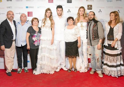El conseller Vicente Roig (izquierda) con los diseñadores y algunos de los modelos que participaron en el desfile que tuvo lugar ayer en Madrid. Foto: C. Eivissa