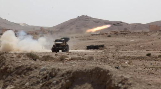 Vista de un misil sirio durante combates en el antiguo oasis de la ciudad de Palmira, ubicada casi a 215 kilómetros al noreste de Damasco. Foto:STR