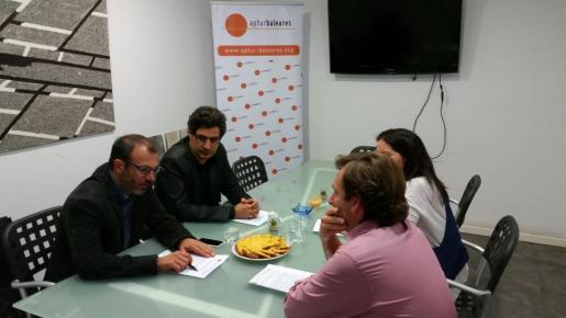 Un momento de la reunión entre representantes de Aptur y el candidato a la Presidencia del Govern, Biel Barceló, i el diputat Miquel Àngel Mas, ambos a la izquierda de la imagen.