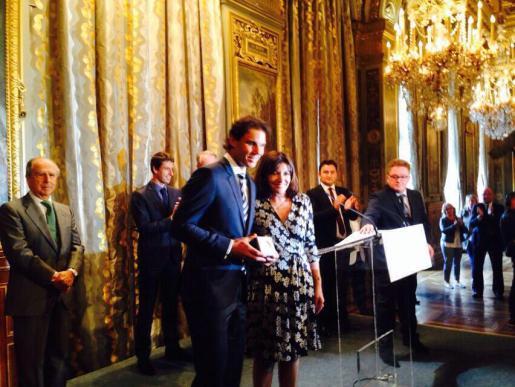 El tenista Rafa Nadal recibe de manos de la alcaldesa de París, Anne Hidalgo, la medalla «Grand Vermeil», la mayor distinción que otorga la ciudad.