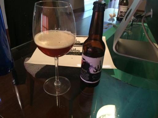 En el Café a Tres Bandas cuentan con una cerveza de elaboración propia, la Salvatge.