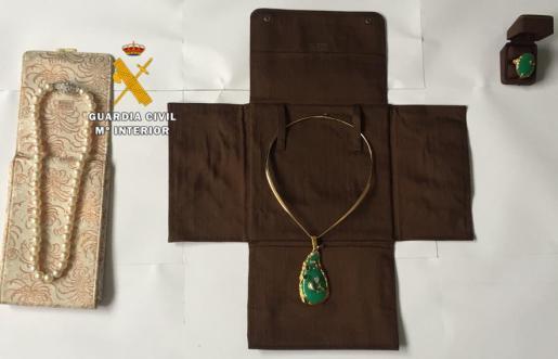 En el caso de las joyas, éstas fueron sustraídas de una maleta facturada en un vuelo que provenía de Alemania.