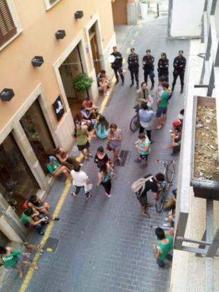 Dos decenas de ciudadanos, incluido algún menor, retenidos en la calle por algunos agentes.