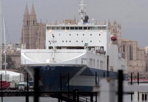 Llegada a Mallorca del primer barco cargado con 3.000 toneladas de residuos procedentes de Italia.