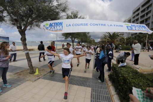 Un grupo de alumnos compite en una carrera contra el hambre en Es Portitxol.