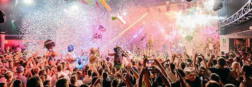 Imagen de una de las sesiones de la discoteca Space, donde el espectáculo de sus performances es un valor añadido a la propuesta musical que ofrece.