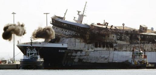 Vista del buque Sorrento, incendiado el pasado 28 de abril a 18 millas al suroeste de Mallorca, a su llegada al puerto de Sagunto,
