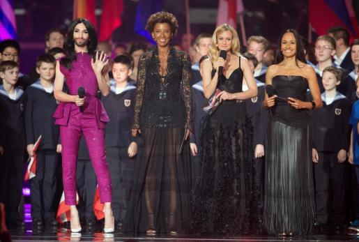 El cantante austriaca y ganadora de la edición del año pasado Conchita (i) junto a las presentadoras de la gala Arabella Kiesbauer (2i), Mirjam Weichselbraun (2d) y Alice Tumler (d) tras el ensayo para la gala final de Eurovisión 2015.
