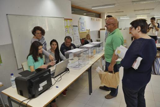 Ciudadanos ejerciendo su derecho a voto en el colegio público Ses Cases Noves de Marratxí.