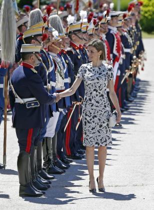 La reina Letizia saluda a varios miembros de la Guardia Real durante el acto de Jura de Bandera de los nuevos Guardias Reales.