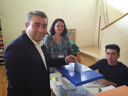 Virgilio Moreno, votando este domingo en Inca. El candidato del PSOE tiene opciones de obtener la alcaldía si logra pactar con al menos dos grupos más.