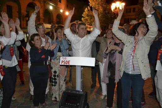 Los socialistas celebrando los buenos resultados obtenidos en Inca.