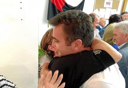 Tomeu Cifre, alcalde de Pollença, se abraza a su madre al conocer que ha sido el más votado.