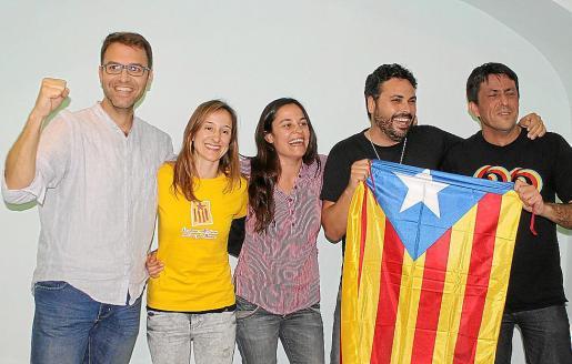 Los cinco regidores electos de MÉS-Esquerra celebrando la histórica victoria.