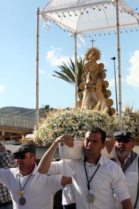 La imagen de la Virgen del Rocío de Eivissa, a su salida de la Iglesia del Rosario. Foto: DANIEL ESPINOSA