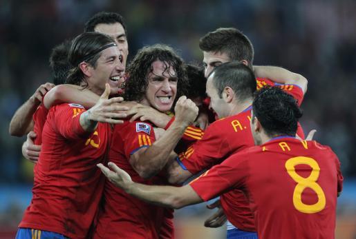 Los jugadores españoles celebran el gol que consiguió Carle Pujol.