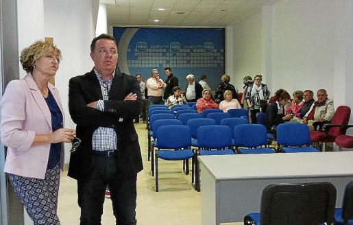 El alcalde de Inca y candidato del PP, Rafel Torres, junto a la concejal Malén Cantarellas, recibieron apesadumbrados los resultados electorales el domingo.