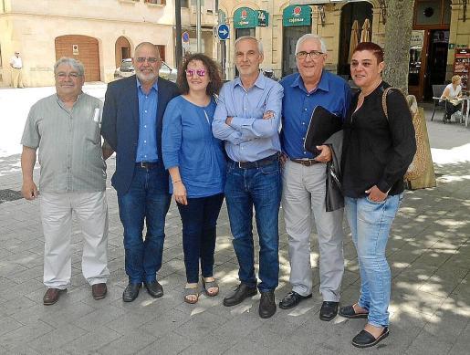 Tras el último pleno ordinario de la legislatura, el candidato socialista a la Alcaldía, Gori Estarellas (centro), se fotografió con los ediles del PSOE salientes.