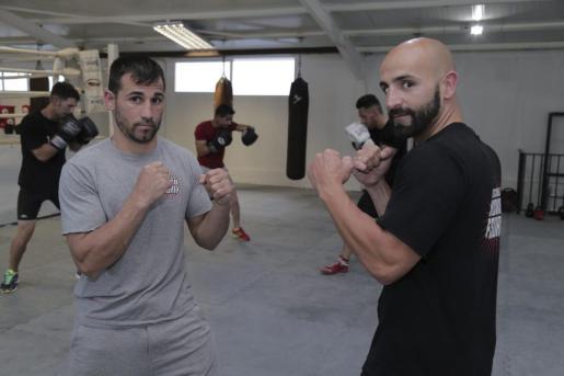 El boxeador Santi 'El Pollito' Bustos y el entrenador Félix Soria, tras una sesión de entreno en el gimnasio ArteSport, en Can Valero.