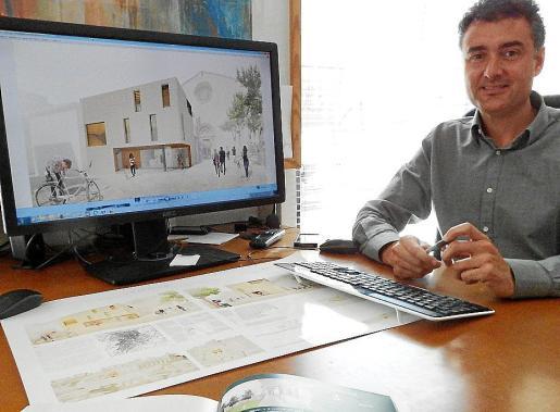 Miquel Àngel Lacomba muestra su proyecto para la Pescateria en su despacho.