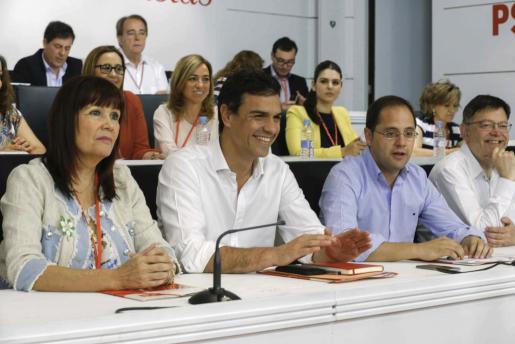 El secretario general del PSOE, Pedro Sánchez (2i), la presidenta del partido, Micaela Navarro (i), el secretario de Organización y Acción Electoral, César Luena (2d), y el secretario de Reformas Democráticas, Ximo Puig (d), durante la reunión del Comité Federal.