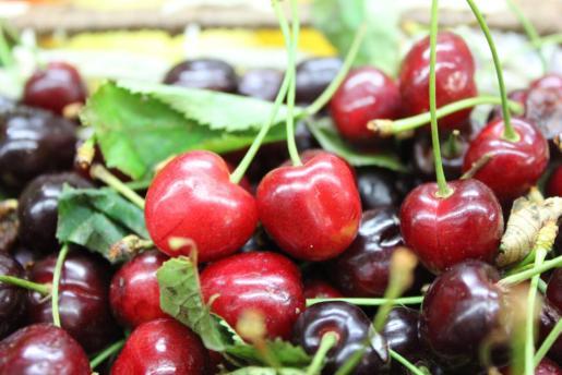 Las cerezas llaman la atención en los puestos de frutas y verduras de los mercados. Foto: D. M.